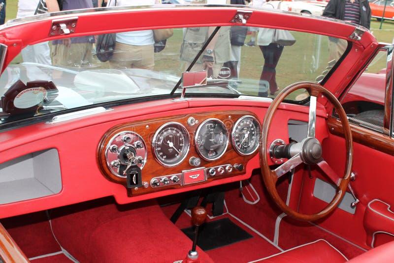 Κλασικό εσωτερικό αθλητικών αυτοκινήτων του Άστον Martin μετατρέψιμο στοκ εικόνα