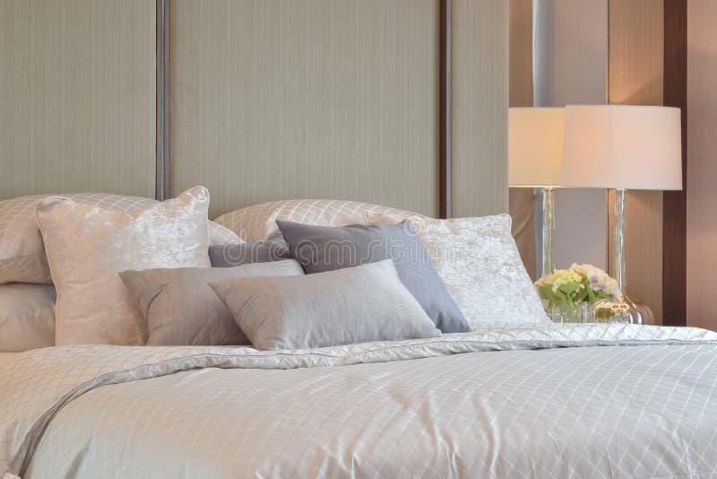 Κλασικό εσωτερικό κρεβατοκάμαρων με τα μαξιλάρια και το λαμπτήρα ανάγνωσης στον πίνακα πλευρών στοκ εικόνα