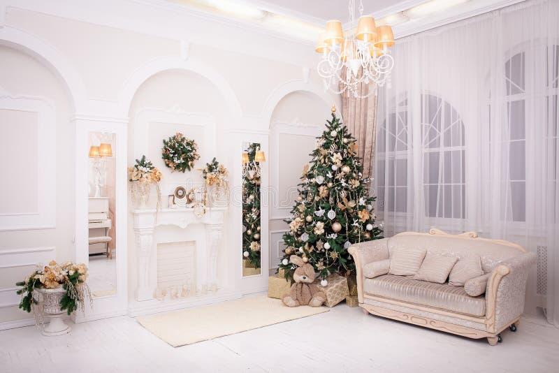 Κλασικό εσωτερικό δωμάτιο που διακοσμείται στο ύφος Χριστουγέννων στοκ φωτογραφία με δικαίωμα ελεύθερης χρήσης