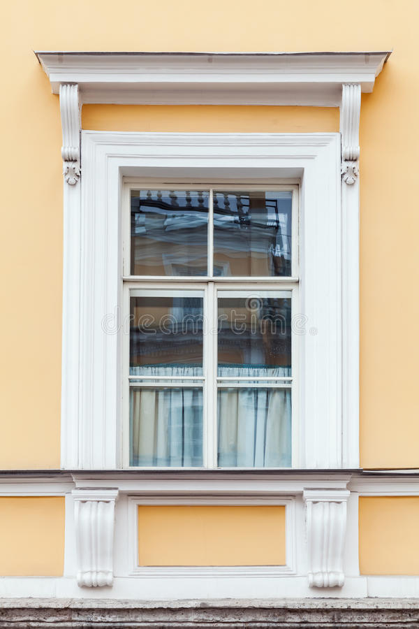 Κλασσικές λεπτομέρειες αρχιτεκτονικής, κίτρινοι τοίχος και παράθυρο στοκ εικόνες με δικαίωμα ελεύθερης χρήσης