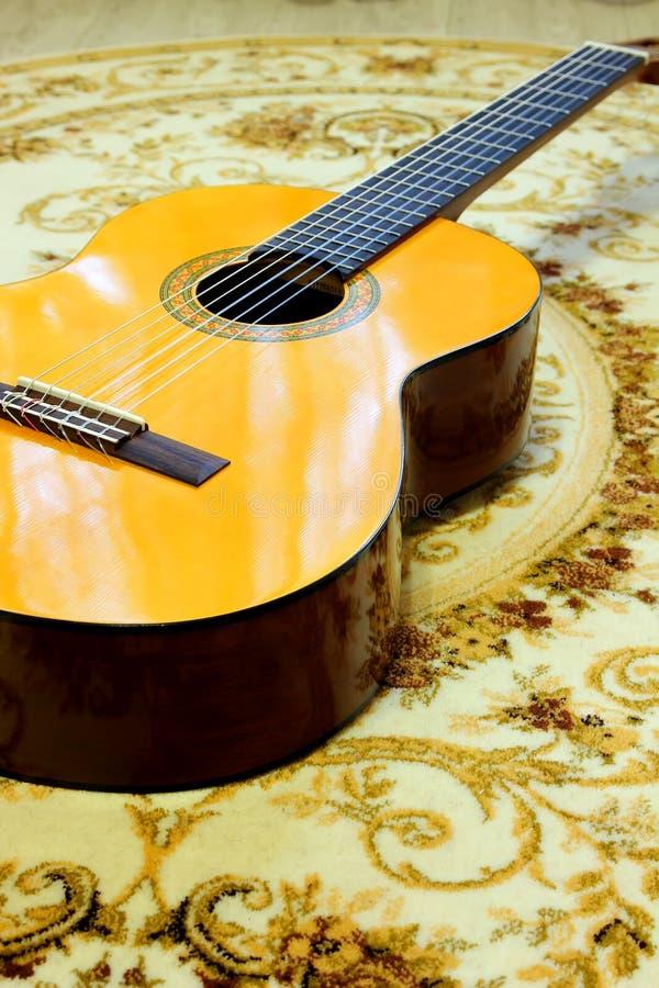 Κλασσική κιθάρα στο πάτωμα στοκ εικόνες με δικαίωμα ελεύθερης χρήσης