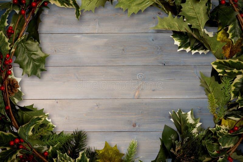 Κλαδίσκοι της Holly πέρα από τις ξύλινες σανίδες ελεύθερη απεικόνιση δικαιώματος
