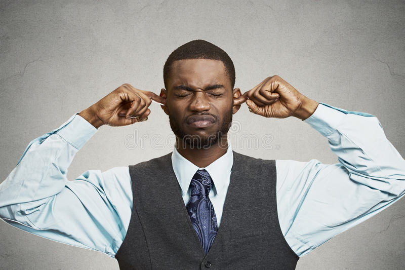 Κλείνοντας αυτιά ατόμων που αποφεύγουν τη δυσάρεστη συνομιλία, κατάσταση στοκ εικόνες με δικαίωμα ελεύθερης χρήσης