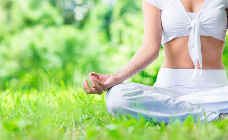 Κλείστε αυξημένος του θηλυκού χεριού zen gesturing στοκ εικόνες