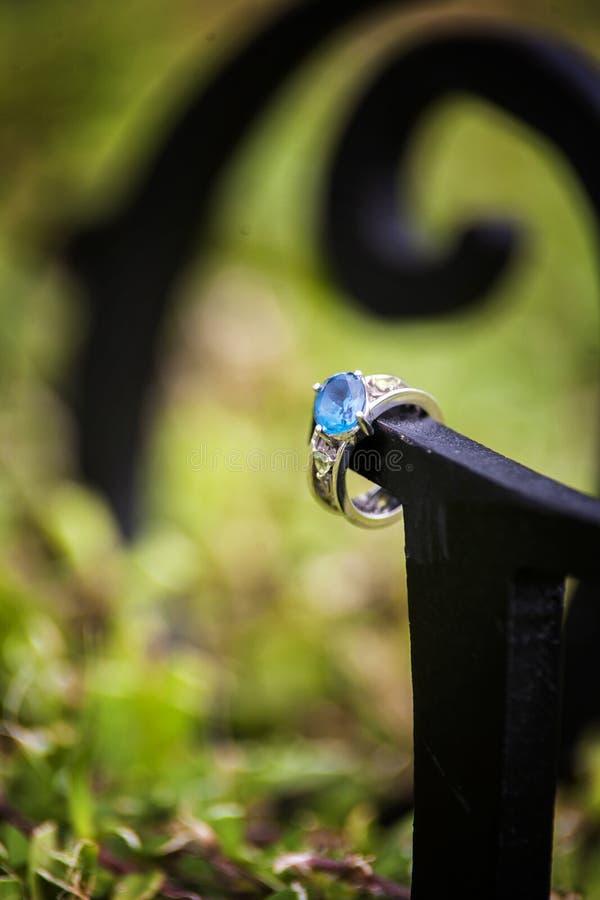 Κλείστε επάνω ενός δαχτυλιδιού αρραβώνων στοκ φωτογραφίες με δικαίωμα ελεύθερης χρήσης