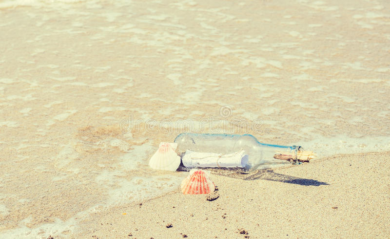Κλείστε επάνω ενός μπουκαλιού με το μήνυμα στην ακτή στοκ φωτογραφία με δικαίωμα ελεύθερης χρήσης