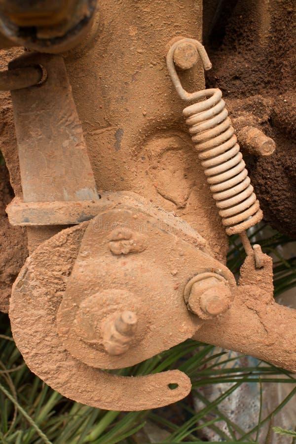 Κλείστε επάνω επάνω του λασπώδους τμήματος μηχανών με την άνοιξη έντασης σε μια ελαφριά μοτοσικλέτα στην Ασία στοκ εικόνα