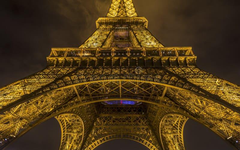Κλείστε επάνω με τον πύργο του Άιφελ τη νύχτα στοκ εικόνες