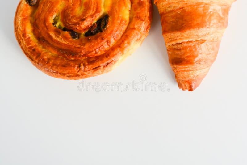 Κλείστε επάνω στα croissants, τη δανική ζύμη και τη σοκολάτα και γεμισμένες τις σταφίδα ζύμες στοκ εικόνες