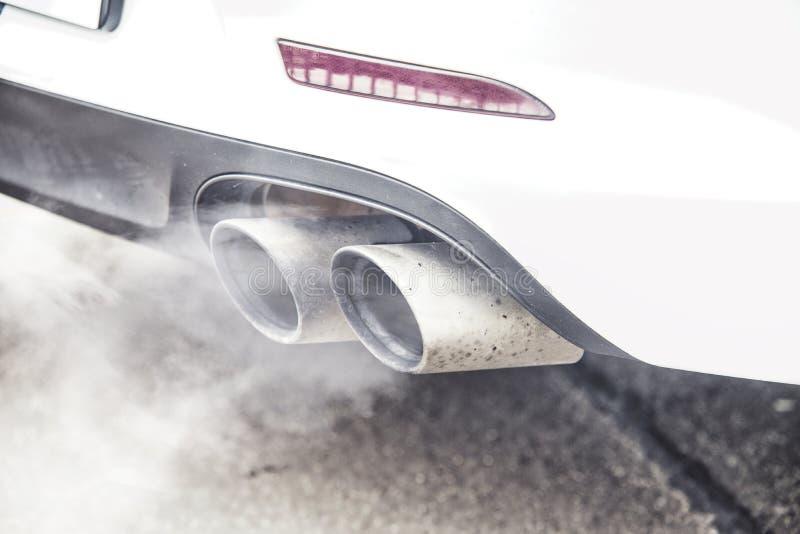 Κλείστε επάνω στην εκπομπή καπνού αυτοκινήτων εξάτμισης σωλήνων στοκ φωτογραφίες με δικαίωμα ελεύθερης χρήσης