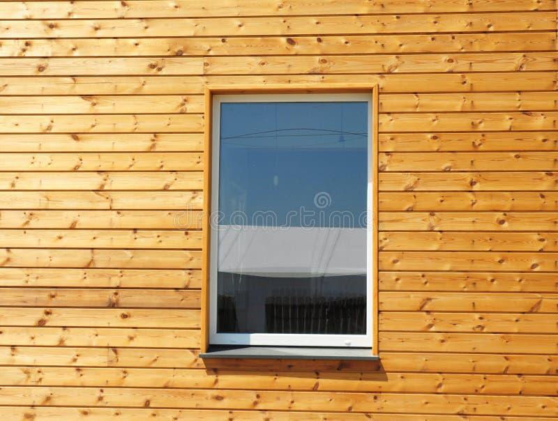 Κλείστε επάνω στο πλαστικό παράθυρο PVC στο νέο σύγχρονο παθητικό ξύλινο σπίτι στοκ φωτογραφία με δικαίωμα ελεύθερης χρήσης