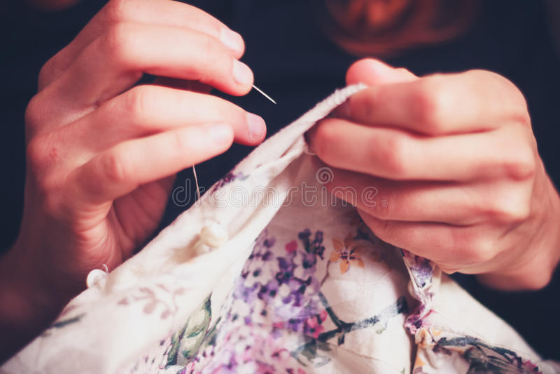Κλείστε επάνω στο ράψιμο χεριών της γυναίκας στοκ φωτογραφία με δικαίωμα ελεύθερης χρήσης