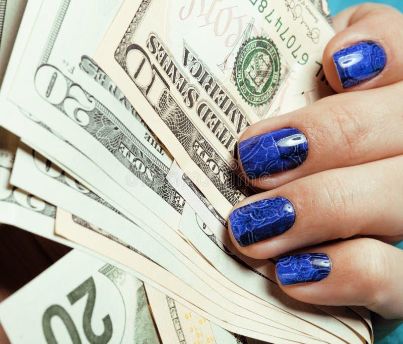 Κλείστε επάνω τα δάχτυλα με το μπλε δημιουργικό σχέδιο στοκ φωτογραφία με δικαίωμα ελεύθερης χρήσης