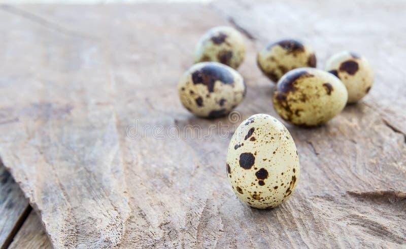Κλείστε επάνω τα αυγά ορτυκιών σε έναν ξύλινο πίνακα στοκ φωτογραφίες