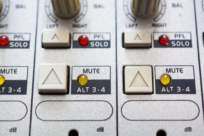 Κλείστε επάνω τα κουμπιά και τα εξογκώματα στον ακουστικό αναμίκτη Κουμπιά και λαμπτήρες στοκ εικόνα