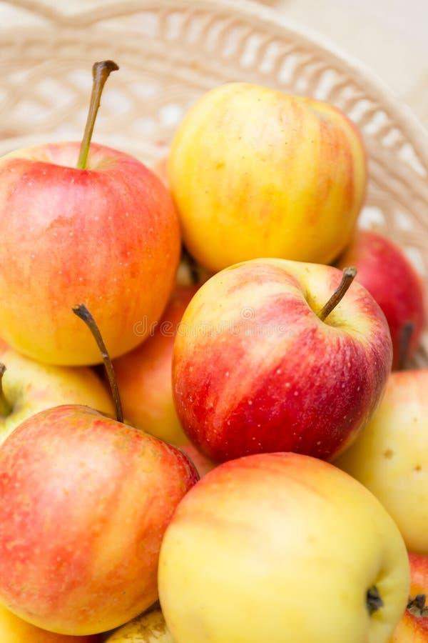 Κλείστε επάνω τα μήλα σε ένα καλάθι στοκ φωτογραφίες με δικαίωμα ελεύθερης χρήσης