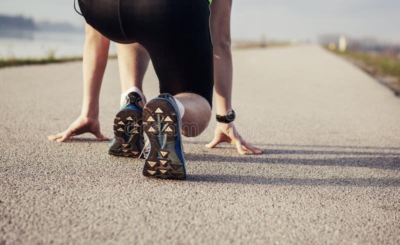 Κλείστε επάνω τα πόδια εικόνας sprinter στην έναρξη στοκ εικόνες με δικαίωμα ελεύθερης χρήσης