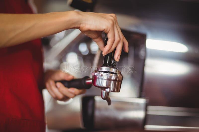 Κλείστε επάνω την άποψη ενός πιέζοντας καφέ barista στοκ φωτογραφία με δικαίωμα ελεύθερης χρήσης