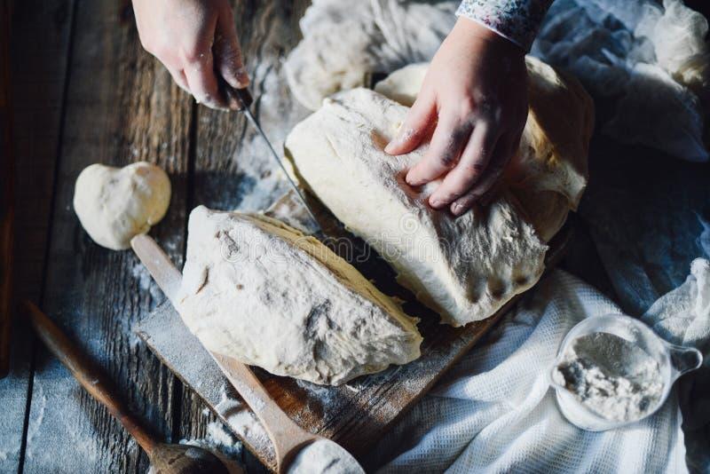 Κλείστε επάνω την άποψη να ζυμώσει αρτοποιών της ζύμης ψωμί σπιτικό Χέρια προ στοκ εικόνες