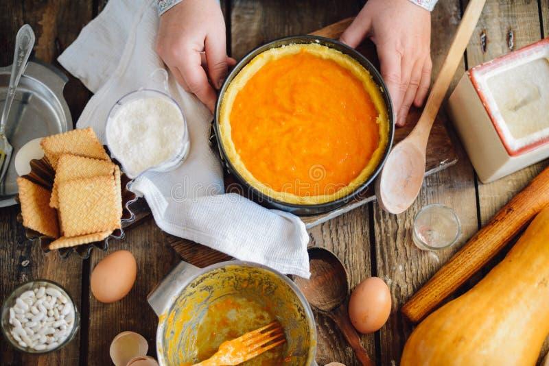 Κλείστε επάνω την άποψη να ζυμώσει αρτοποιών της ζύμης ψωμί σπιτικό Χέρια προ στοκ φωτογραφία με δικαίωμα ελεύθερης χρήσης