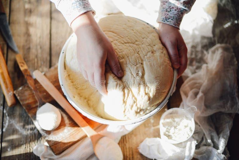 Κλείστε επάνω την άποψη να ζυμώσει αρτοποιών της ζύμης ψωμί σπιτικό Χέρια προ στοκ φωτογραφίες