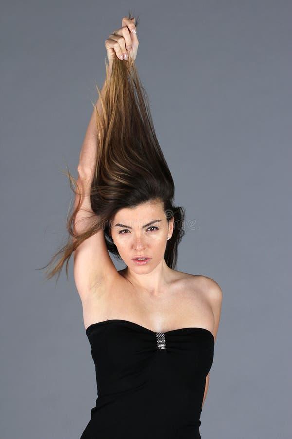 Κλείστε επάνω την άποψη στη νέα όμορφη γυναίκα με την πολυτέλεια hairstyle στοκ φωτογραφίες με δικαίωμα ελεύθερης χρήσης