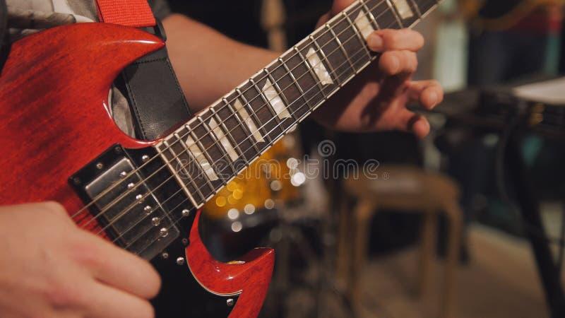 Κλείστε επάνω την άποψη της ηλεκτρο κιθάρας παιχνιδιών κιθαριστών στη λέσχη νύχτας στοκ φωτογραφία με δικαίωμα ελεύθερης χρήσης