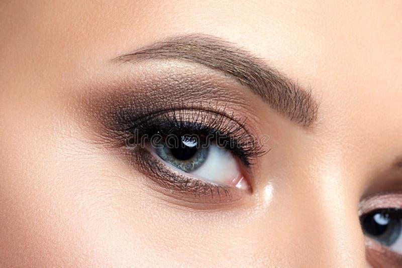 Κλείστε επάνω την άποψη του μπλε ματιού γυναικών με το όμορφο makeup στοκ εικόνες με δικαίωμα ελεύθερης χρήσης
