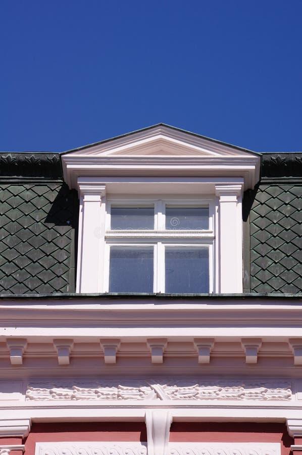 Κλείστε επάνω την άποψη του παλαιού παραθύρου dormer στη στέγη στοκ εικόνες