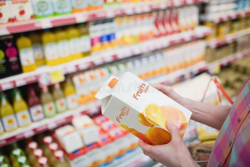 Κλείστε επάνω την άποψη των χεριών που κρατά το χυμό φρούτων στοκ φωτογραφία με δικαίωμα ελεύθερης χρήσης