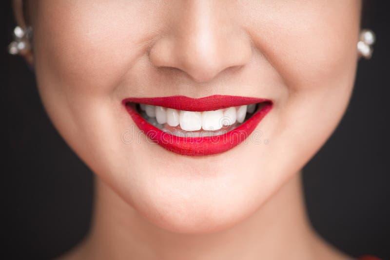 _ Κλείστε επάνω την άποψη των όμορφων χειλιών γυναικών με τα κόκκινα ματ χείλια στοκ εικόνες