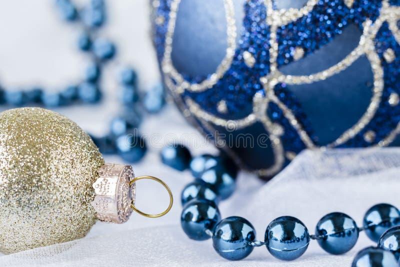 Κλείστε επάνω την εικόνα πηγαίνει χρυσές και μπλε διακοσμήσεις Χριστουγέννων στοκ φωτογραφίες