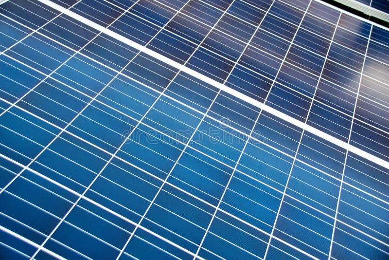 Κλείστε επάνω την μπλε επιτροπή ηλιακών κυττάρων για τη βιομηχανία στοκ εικόνα