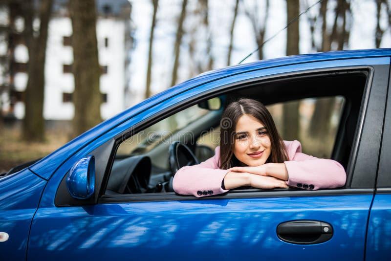 Κλείστε επάνω την υπαίθρια φωτογραφία ταξιδιού τρόπου ζωής της νέας συνεδρίασης γυναικών στην ευτυχή διάθεση χαμόγελου αυτοκινήτω στοκ εικόνα με δικαίωμα ελεύθερης χρήσης