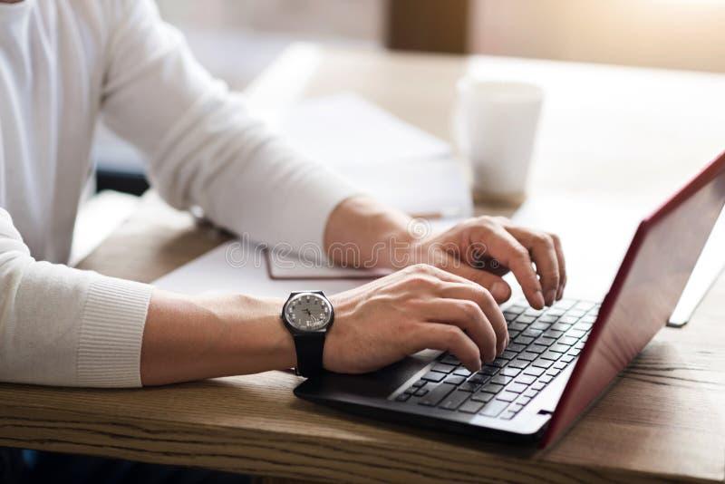Κλείστε επάνω της δακτυλογράφησης ατόμων στον υπολογιστή στοκ εικόνα