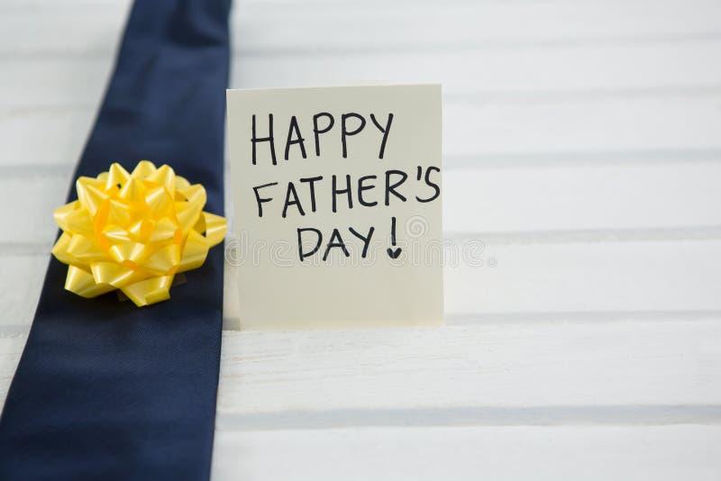 Κλείστε επάνω της γραβάτας με τους ευτυχείς χαιρετισμούς ημέρας πατέρων στοκ εικόνα
