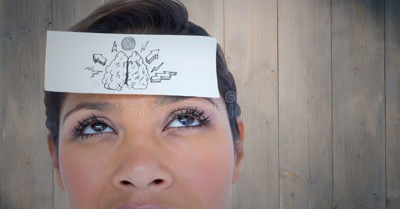 Κλείστε επάνω της γυναίκας με την κάρτα στο κεφάλι που παρουσιάζει εγκέφαλο doodle ενάντια στην ξύλινη επιτροπή στοκ εικόνα με δικαίωμα ελεύθερης χρήσης
