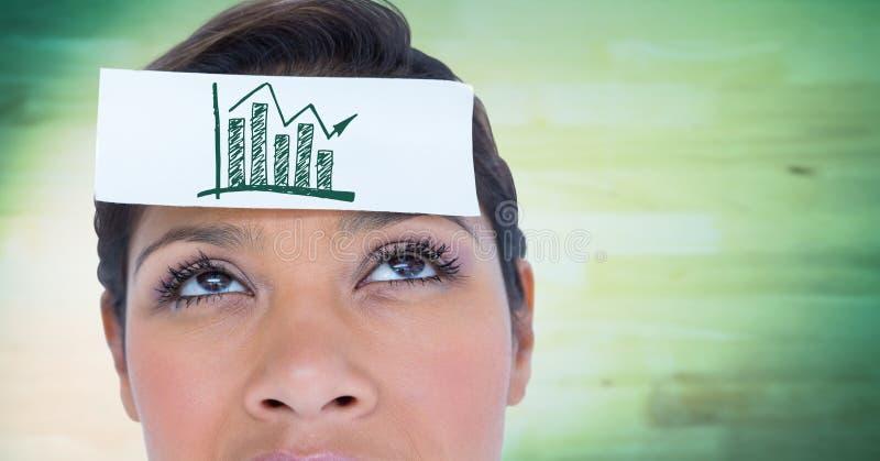 Κλείστε επάνω της γυναίκας με την κάρτα στο κεφάλι που παρουσιάζει πράσινη γραφική παράσταση ενάντια στη μουτζουρωμένη πράσινη ξύ στοκ φωτογραφία με δικαίωμα ελεύθερης χρήσης