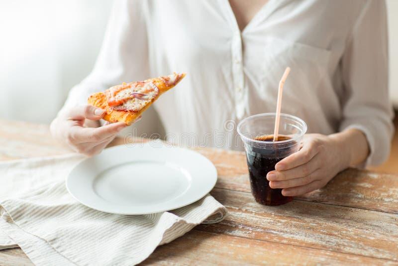 Κλείστε επάνω της γυναίκας με το ποτό πιτσών και κόκα κόλα στοκ εικόνα με δικαίωμα ελεύθερης χρήσης