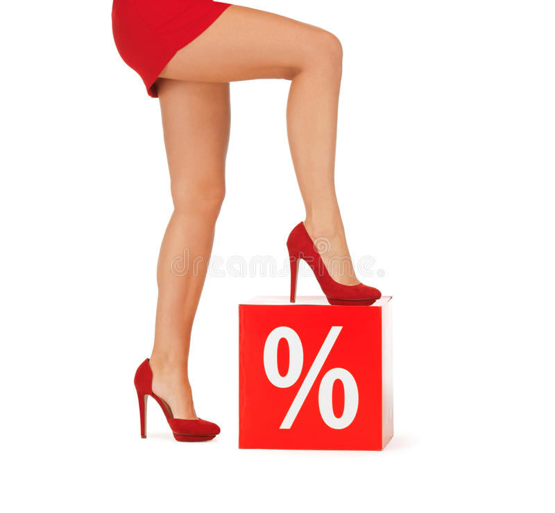 Κλείστε επάνω της γυναίκας στα κόκκινα παπούτσια με το σημάδι τοις εκατό στοκ φωτογραφία με δικαίωμα ελεύθερης χρήσης