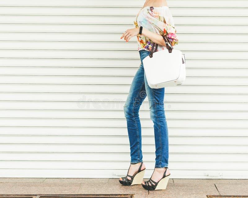 Κλείστε επάνω της μοντέρνης θηλυκής τσάντας δέρματος υπαίθρια Μοντέρνη και υψηλή ακριβή θηλυκή τσάντα ύφους Μόδα τσαντών πωλήσεων στοκ φωτογραφία