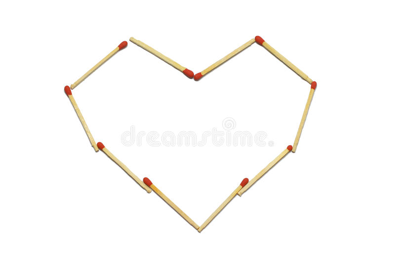 Κλείστε επάνω της ομάδας κόκκινου ραβδιού αντιστοιχιών τακτοποιεί στο σχέδιο καρδιών που απομονώνεται σε ένα άσπρο υπόβαθρο στοκ εικόνες