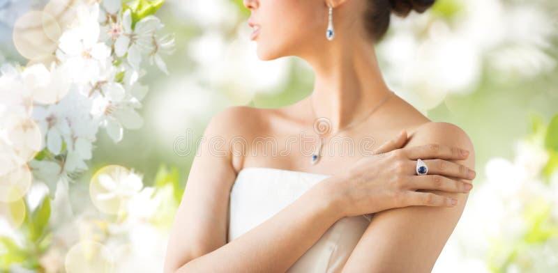 Κλείστε επάνω της όμορφης γυναίκας με το δαχτυλίδι δάχτυλων στοκ φωτογραφίες με δικαίωμα ελεύθερης χρήσης