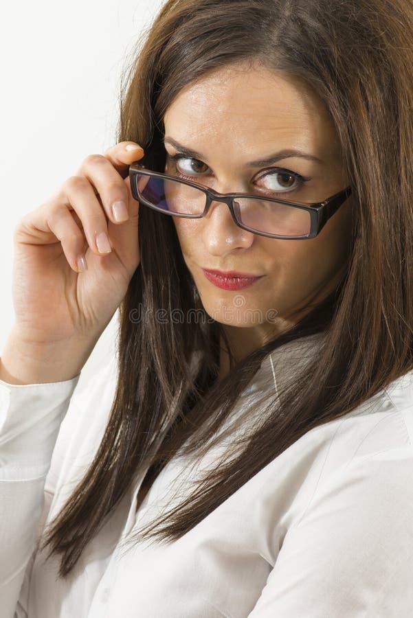 Κλείστε επάνω της όμορφης νέας γυναίκας που φορά eyeglasses που απομονώνονται στοκ εικόνα με δικαίωμα ελεύθερης χρήσης