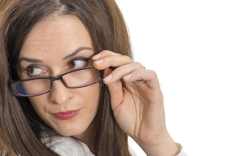 Κλείστε επάνω της όμορφης νέας γυναίκας που φορά eyeglasses που απομονώνονται στοκ εικόνες