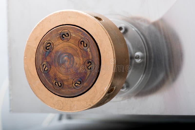 Κλείστε επάνω τη λεπτομέρεια του κύβου μετάλλων για τα ζυμαρικά fusilli στοκ εικόνα