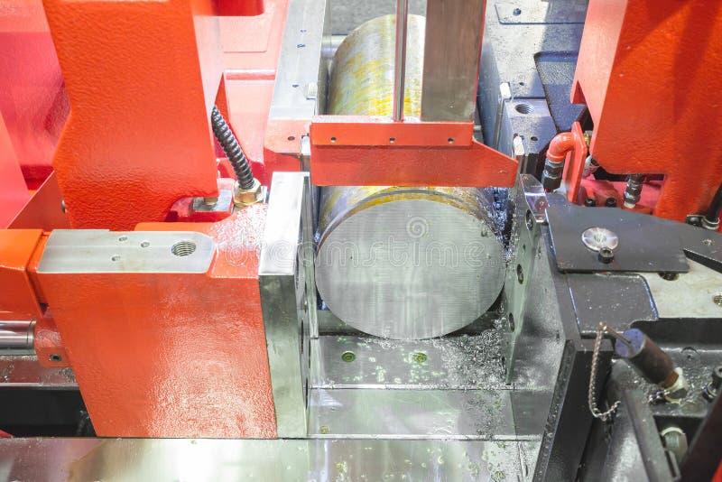 Κλείστε επάνω τη μηχανή πριονιών ζωνών χάλυβα που λειτουργεί στο εργοστάσιο στοκ εικόνα με δικαίωμα ελεύθερης χρήσης