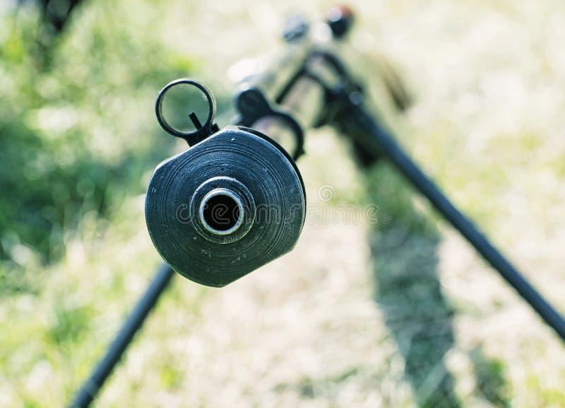 Κλείστε επάνω τη φωτογραφία του βαριού τουφεκιού ελεύθερων σκοπευτών από το Δεύτερο Παγκόσμιο Πόλεμο, πυροβολισμός στοκ εικόνα