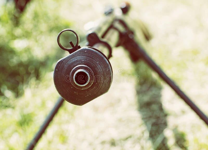 Κλείστε επάνω τη φωτογραφία του βαριού τουφεκιού ελεύθερων σκοπευτών από το Δεύτερο Παγκόσμιο Πόλεμο, αναδρομικό pH στοκ φωτογραφία