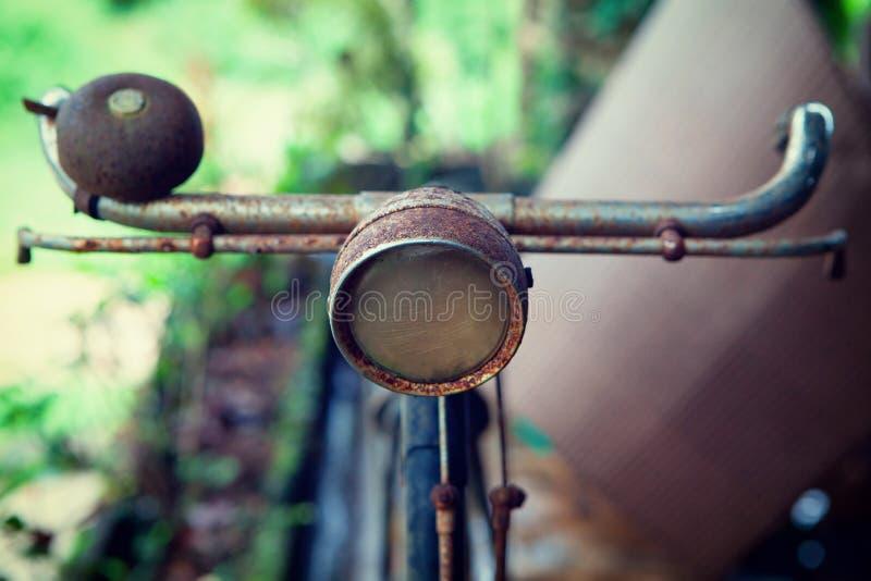 Κλείστε επάνω τον προβολέα του παλαιού σκουριασμένου εκλεκτής ποιότητας ποδηλάτου στοκ εικόνες